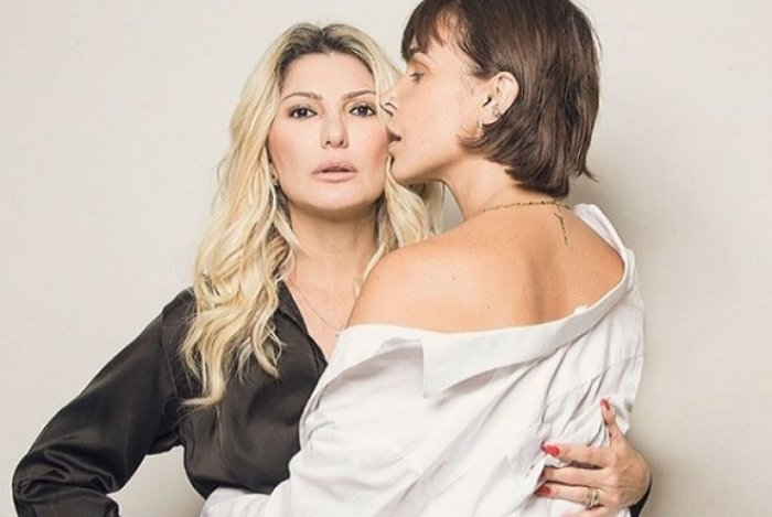 Antonia Fontenelle posa em foto sensual com atriz Robertha Portella