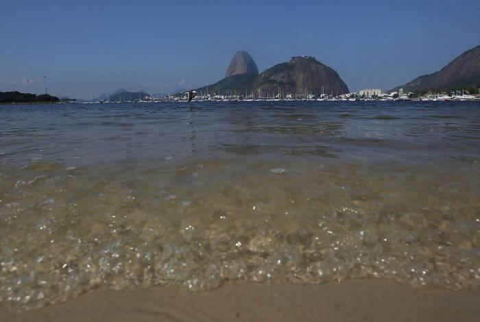 Rio de Janeiro 18/05/2020 - Covid-19 - Qualidade da agua na praia de Botofogo. Foto: Luciano Belford/Agencia O Dia